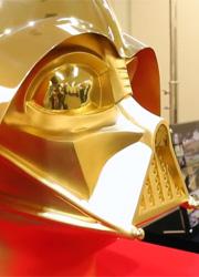"""Японцы отметили юбилей """"Звездных войн"""" золотым шлемом Дарта Вейдера"""