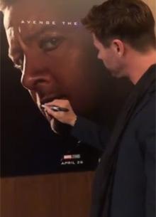 смотреть фильм Крис Хемсворт испортил постеры коллег по фильму