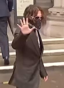 Джонни Депп обвинил Эмбер Херд в тушении сигарет о его лицо