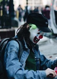 В Чикаго человек в маске Джокера поджигал полицейские автомобили