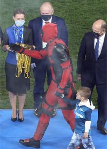 Артем Дзюба получил награду Чемпионата России в костюме Дэдпула